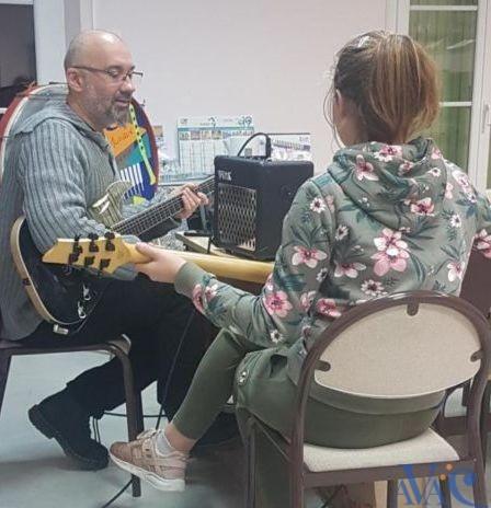 Denis Baruta, professeur de guitare à l'AVAC